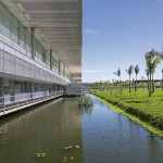 Fábrica da suíça SICPA, em Santa Cruz-RJ: espaços arejados e equilíbrio térmico gerado pelo espelho d'água