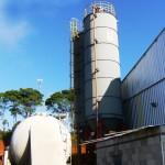 Fábrica da AVS recebeu novos silos para armazenar cimento Portland e viabilizar a produção dos blocos