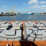 Embarcações levam elementos pré-fabricados pelo rio Tâmisa até o canteiro de obras da Crossrail