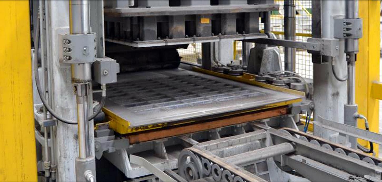 No Brasil, a fabricação quase artesanal de artefatos de cimento é substituída por máquinas importadas da Europa e dos Estados Unidos