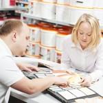 Consumidor que vai ao balcão da loja de material de construção busca também respostas para suas dúvidas