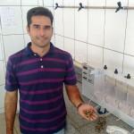 Professor Heber Martins de Paula, do campus da UFG, em Catalão-GO: sementes da moringa oleifera agem como coagulantes naturais para decantar a água dos resíduos do concreto