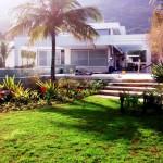 Primeira casa com certificação construída na cidade de São Sebastião, no litoral paulista: concreto explora luz natural e minimiza ilhas de calor