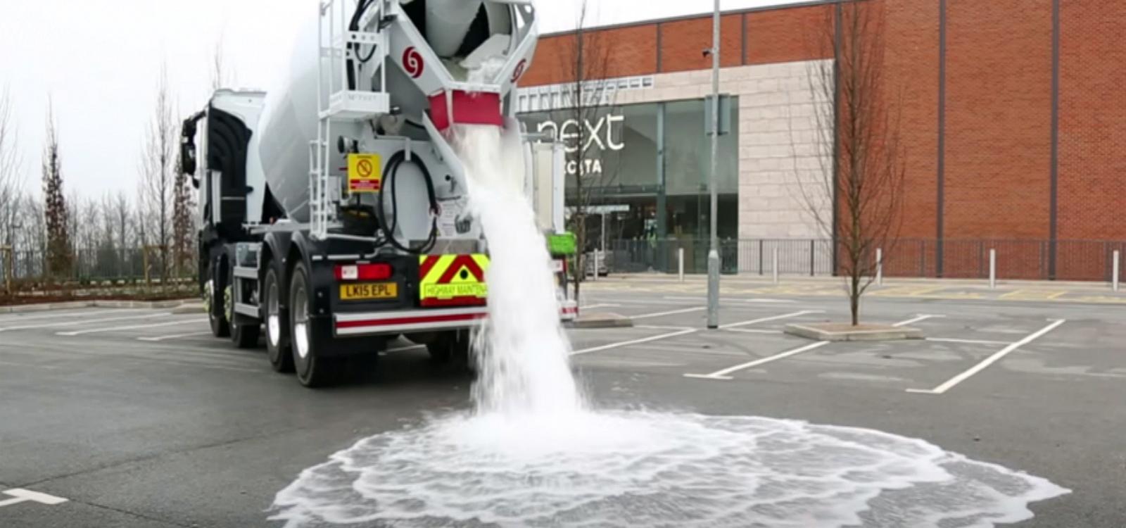 No teste de absorção, fabricante despejou quatro mil litros de água no concreto permeável