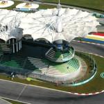Autódromo de Sepang, na Malásia: arquibancadas curvas acompanham o traçado