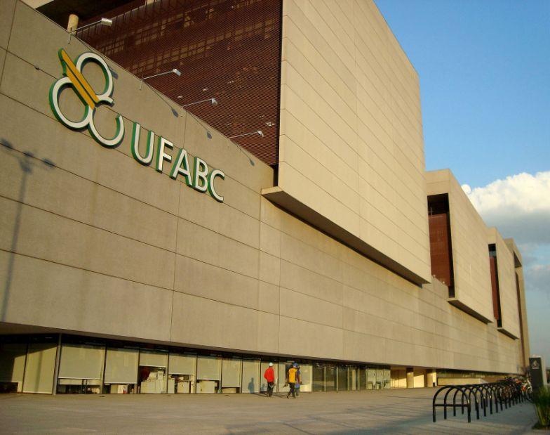 Fachada da Universidade Federal do ABC, em Santo André-SP: volume de concreto e variedade de elementos empregados na obra garantiram premiação