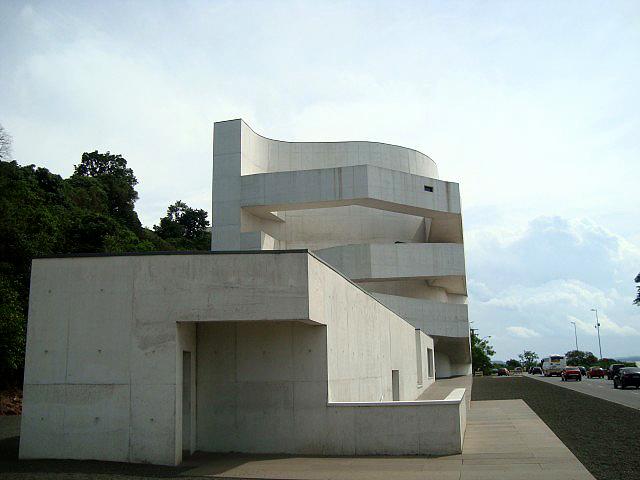Prédio que abriga acervo de artista plástico consumiu 7.500 m³ de concreto branco