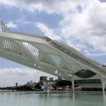Museu do Amanhã: arquitetura futurista sobre esplanada de concreto