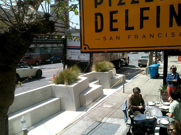 Elementos pré-fabricados de concreto em parklet construído em São Francisco, na Califórnia