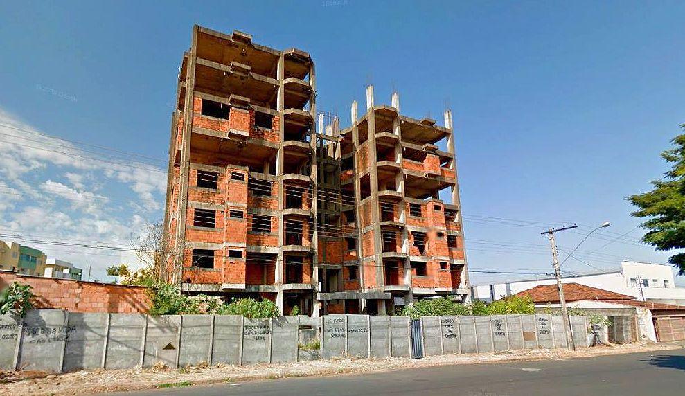 Prédio em construção abandonado: cenário ameaça aumentar o déficit habitacional