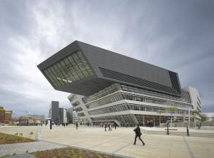 Biblioteca do curso de economia da Universidade de Viena: obra polêmica da Zaha Hadid