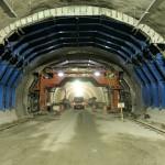 Fôrmas metálicas móveis em formato de arco permitem moldar o concreto nas paredes do túnel