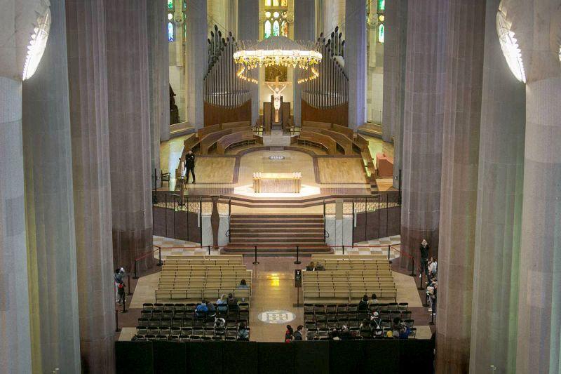 Interior da basílica projetada por Antoni Gaudí: um dos cinco pontos turísticos mais visitados no mundo