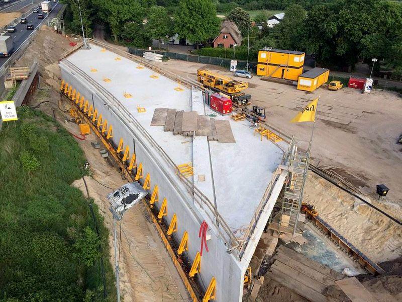 Instalação do túnel pré-fabricado de concreto começou na noite de sexta, dia 20 de maio, e terminou na madrugada de segunda-feira, 23 de maio