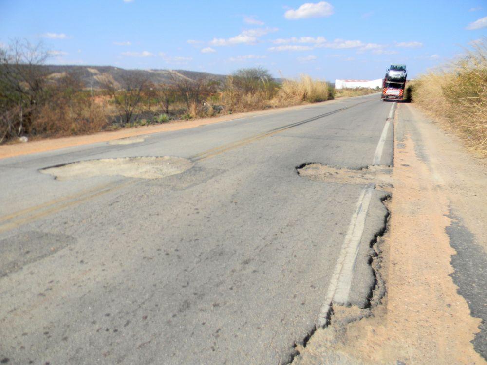 Trecho da BR-230, no Ceará: falta de investimento deteriora rodovias no Brasil