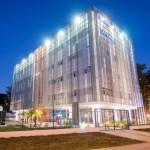 Escola do Senac tem fachada que ajuda no controle térmico, sem ofuscar a iluminação natural das salas