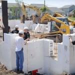 Após a montagem das fôrmas de EPS, elas são preenchidas com concreto
