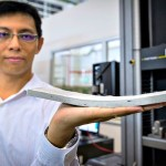Yang En-Hua, um dos líderes da pesquisa, segura um pedaço do ConFlexPave