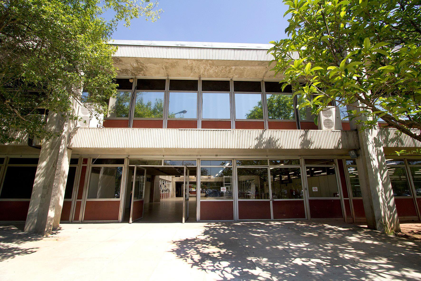 Fachada do prédio de engenharia civil da Poli-USP, em São Paulo: curso da universidade se mantém no topo do ranking