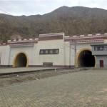 Portal de entrada do novo túnel Guanjiao, na China: encravado na cordilheira do Tibete