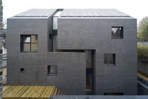 Casa construída na China: grande fenda atravessa estrutura aparente de concreto armado