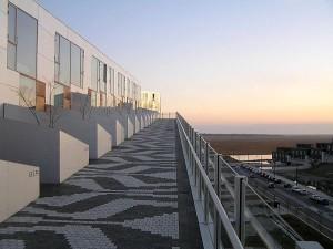 Conjunto habitacional na Dinamarca: rampa dá acesso às unidades