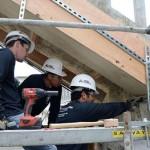 Estudantes de engenharia da Universidade Estadual da Califórnia se revezam nas obras de restauração