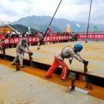 Foto mostra instalação da última estrutura de aço para finalizar a ponte