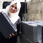 Majd Mashharawi mostra bloco de concreto produzido com escombros de prédios na Palestina