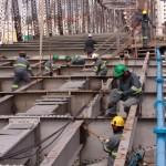 Após etapa para sustentar a ponte, operários trabalham na substituição das armaduras metálicas