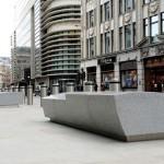 Maciços de concreto revestidos com granito: barreiras de contenção lembram obras de arte em Londres