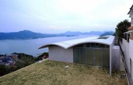Casa pensada para resistir a tsunamis tem telhado ondulado de concreto
