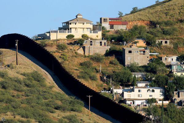 Muro com placas de aço, construído no governo Bush, na região do Arizona