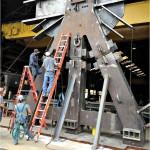 Operários trabalham na montagem de uma das estruturas de aço que suportam a plataforma