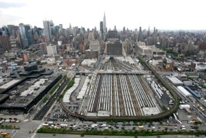 Estrutura da plataforma fica a 8 metros acima dos trilhos, para permitir o tráfego dos trens