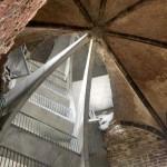 Estrutura de concreto integrada à parede que foi reconstruída, e que se apoia em escada interna