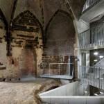Vigas de concreto saem da estrutura nova e sustentam partes antigas da torre