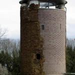 Visão externa da torre com a parede reconstruída: previsão de que resista a mais alguns séculos
