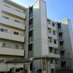 Fosso de concreto pré-fabricado construído sem afetar a estrutura do prédio, para a instalação de elevador