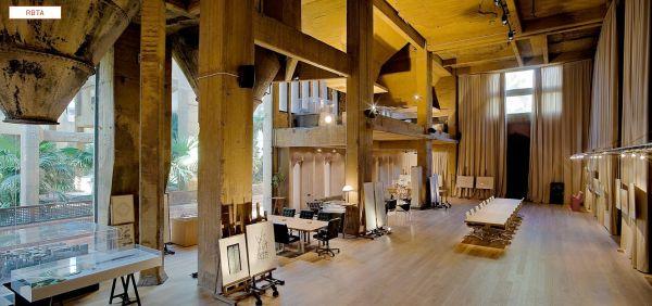 Área interna da cimenteira que foi transformada no escritório de Ricardo Bofill: silos e grandes colunas de concreto foram mantidos na decoração