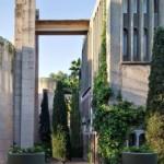 """Jardins e ampla área verde ajudaram a transformar o aspecto árido da fábrica na """"catedral"""" de Bofill"""