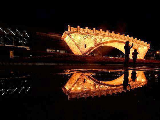 """Monumento inaugurado em maio de 2017, em Pequim, que simboliza a reconstrução da nova """"Rota da Seda"""""""