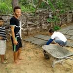 Famílias são estimuladas a aprender a montar as placas cimentícias