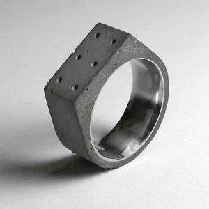 A mais comum das joias, o anel também se rendeu ao concreto