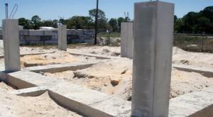 Casa é montada sobre potentes pilares de concreto que ficam a 1,80 m do solo, para permitir a passagem do vento