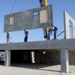 Todas as estruturas da casa são erguidas sobre um radier de concreto suspenso por pilares