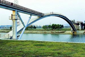 Arco da passarela Seonyu, em Seul - Coreia do Sul: um das poucas obras públicas que usam CUAD
