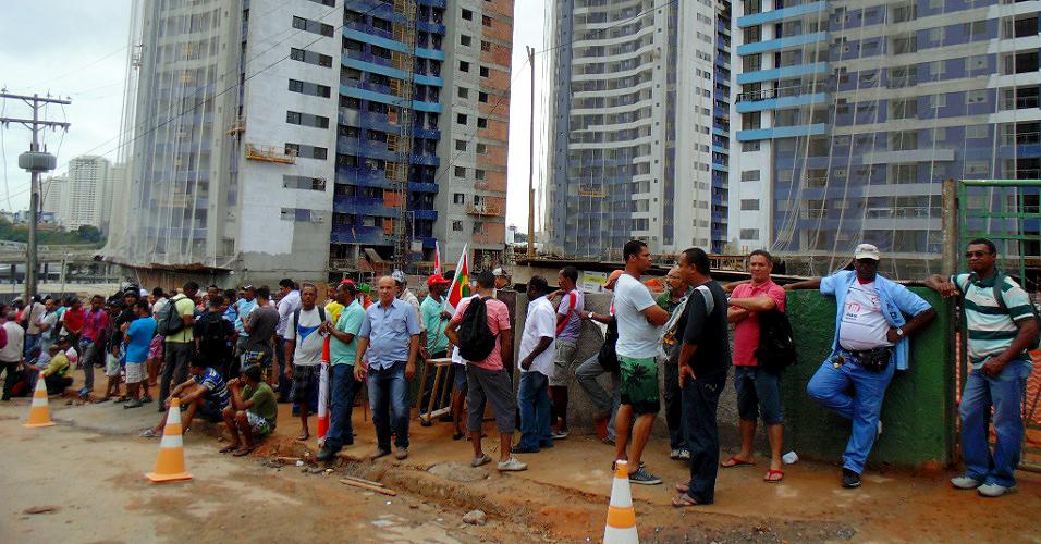 Fila de trabalhadores da construção civil em frente a canteiro de obras, na Bahia: retrato do setor