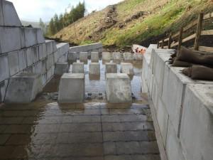 Peças maciças de concreto também foram utilizadas na canalização de um rio, entre a Escócia e a Inglaterra