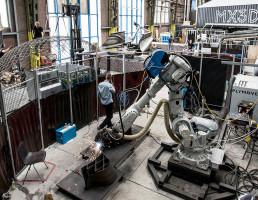 Robô em atuação na MX3D: máquinas poderão imprimir elementos pré-fabricados e montá-los no local da obra